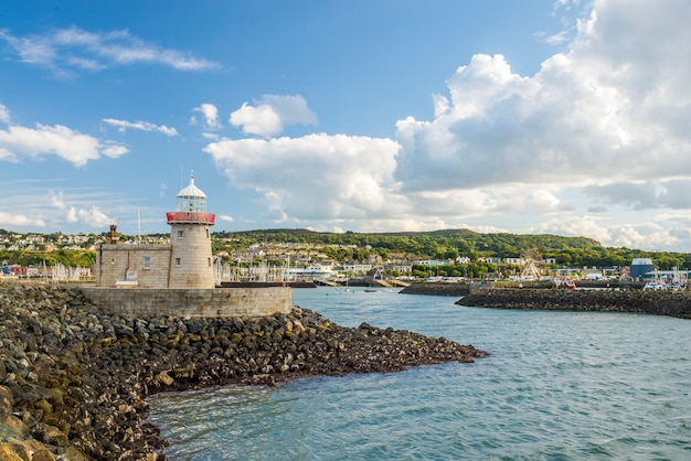 Красивый пейзаж рыбацкого городка howth в ирландии