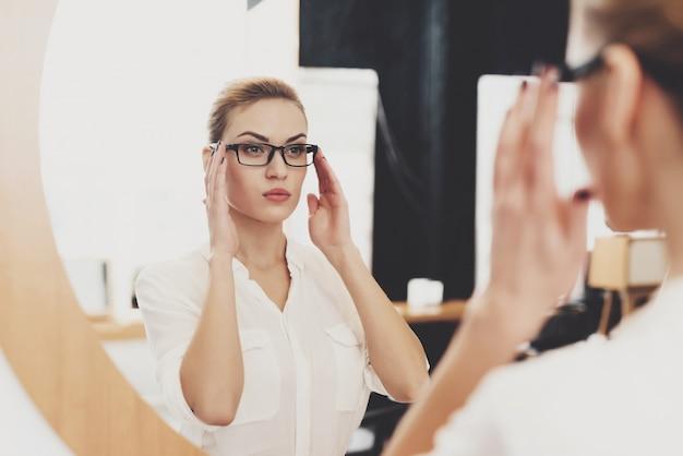 Hr 이사 여자는 사무실에서 일하고 있습니다. 여자는 그녀가 거울에 화장을 확인입니다.