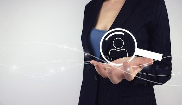 Hr 인적 자원 관리 사람들 개념입니다. 손을 잡고 회색 배경에 디지털 홀로그램 인간 검색. 마케팅 세분화 및 리더.