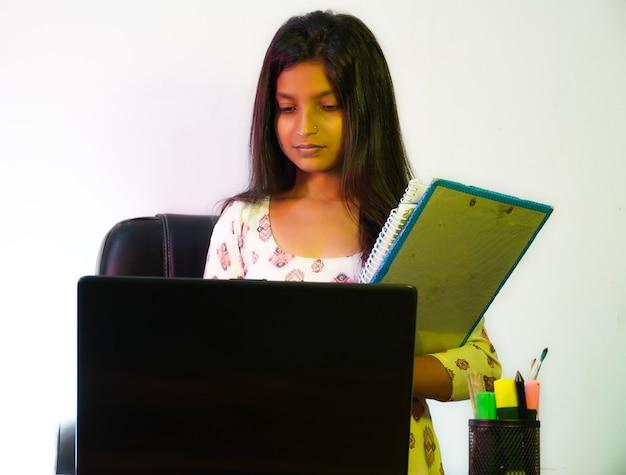 Hr은 사무실에 있고 책과 파일을 가지고 있습니다.