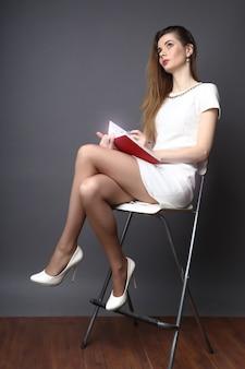 Hr женщина работает и сидит в кресле с улыбкой на лице заметок
