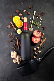 Рождественский или зимний согревающий напиток. .рецепт смешанных ингредиентов вина на черной доске.