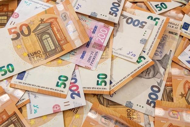금융 배경으로 hrivna 및 유로 지폐. 환전소