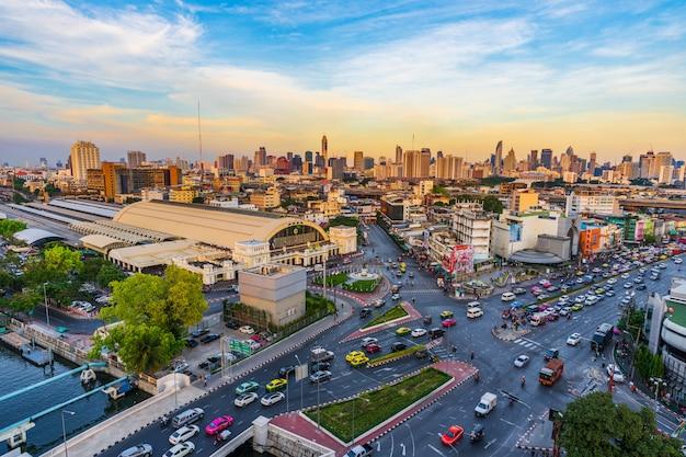タイ、バンコクのhua lamphong交差点とhua lamphong駅の交通