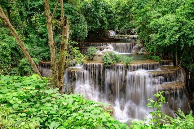 Красивый водопад это имя hua mae kamin водопад в национальном парке эраван, провинция канчанабури, таиланд.
