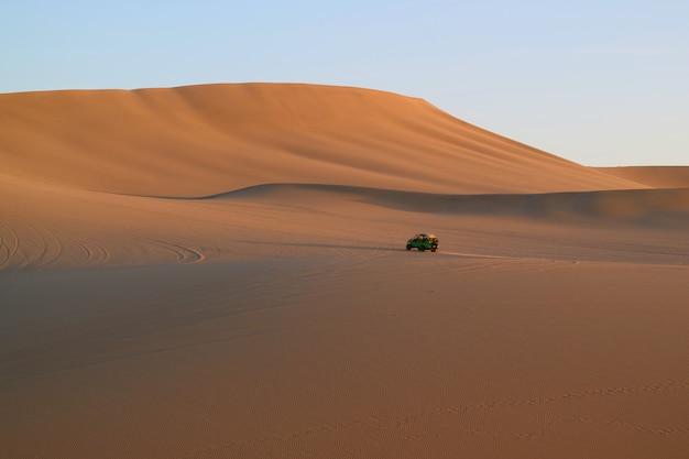 Huacachina、イカ、ペルーの広大な砂丘を走る砂丘のバギー