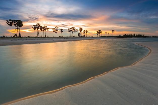 Huahinビーチの近くのチャアムビーチのbang kao村の夕日。タイ