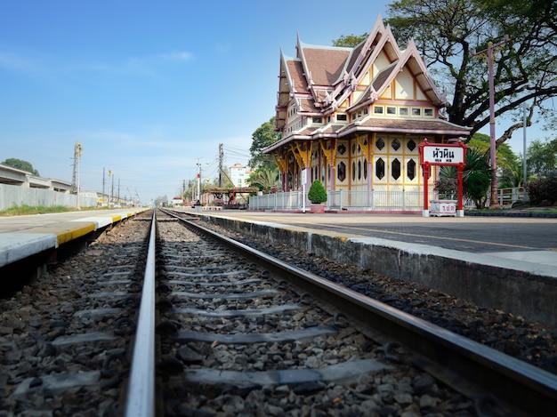 電車と人のいないホアヒン駅、タイのプラチュアップキリカーンで伝統的なタイスタイルの人気のある観光名所