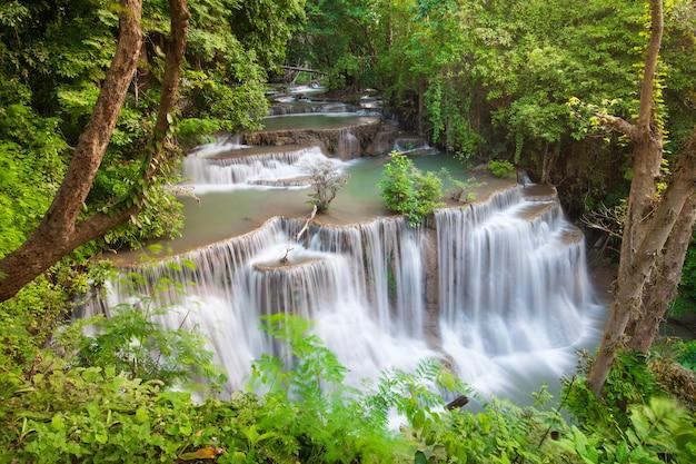 10月のhuaimae khamin滝は、タイのカンチャナブリにある美しい滝です。