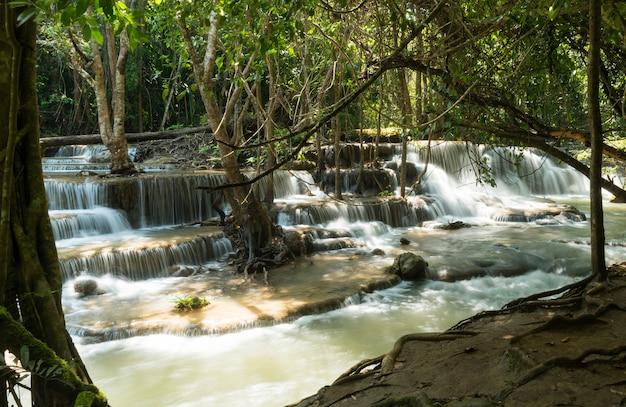 カンチャナブリ、タイ、美しい滝、森でhuai mae khamin滝
