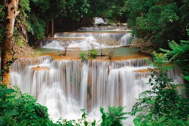 Водопад хуай мае камин, красивый водопад в тропическом лесу в канчанабури