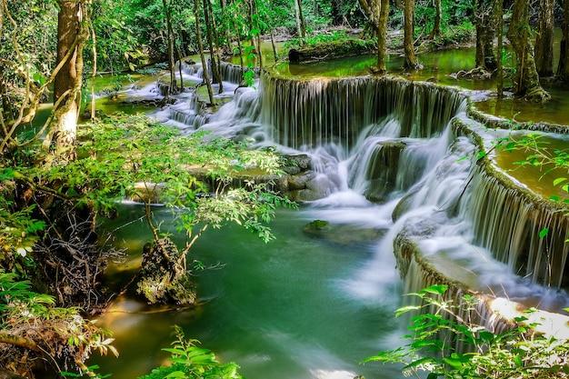 タイのカンチャナブリ県スリナカリンダム国立公園にあるdongpeesoureという名前のhuaymae khamin滝、6階