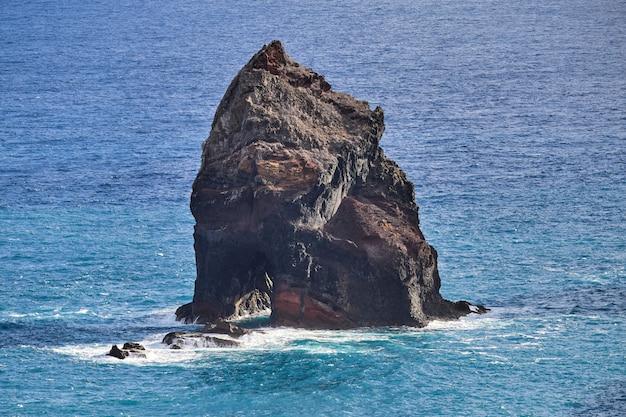 Огромный каменный блок в понта-де-сан-лоренцо на мадейре, португалия