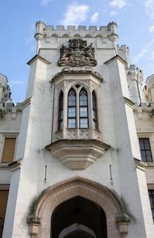 塔のある城の背の高い美しい窓のある巨大な建物の壁