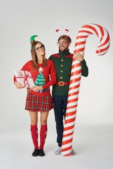 巨大なキャンディケインとクリスマスのカップル