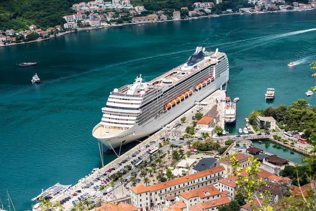 モンテネグロのコトル港にある巨大なクルーズ客船