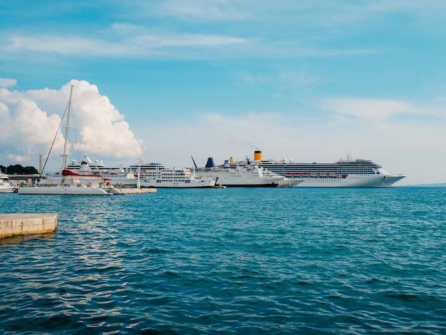 巨大なクルーズ船が桟橋に分かれて係留されています