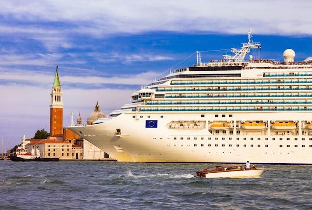 Огромный круизный лайнер в центре венеции, гранд-канал