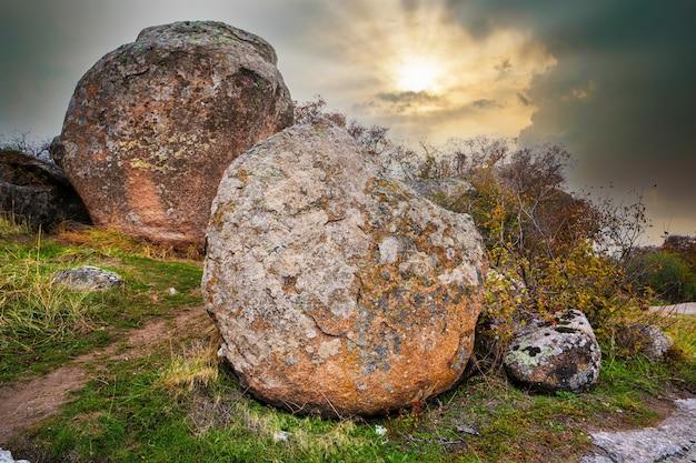 Огромные залежи каменных минералов на поляне, залитой теплым солнцем.