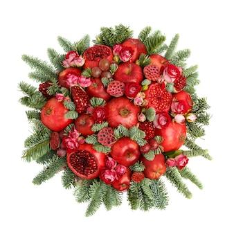 Огромный съедобный фруктовый букет, состоящий из гранатов, яблок, винограда, розовых цветов и еловых веточек на белом