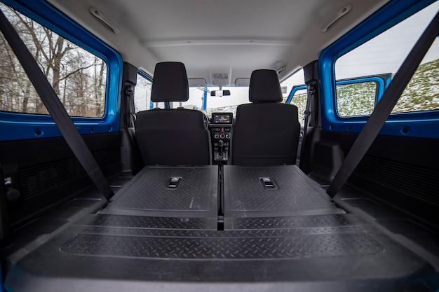 소형 suv의 내부에 있는 거대한 빈 자동차 트렁크. 평평한 바닥에 접힌 오프로드 suv 자동차의 뒷좌석