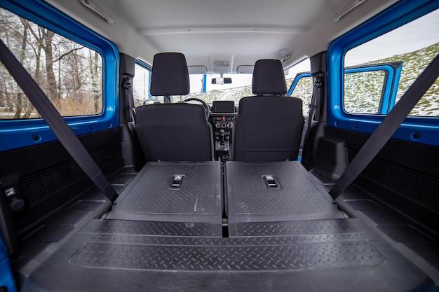 평평한 바닥에 접힌 오프로드 suv 차량의 소형 suv 뒷좌석 내부에 있는 거대한 빈 자동차 트렁크