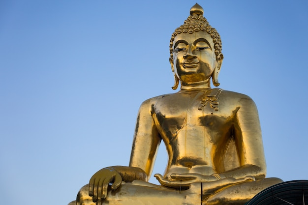 Огромная золотая скульптура будды
