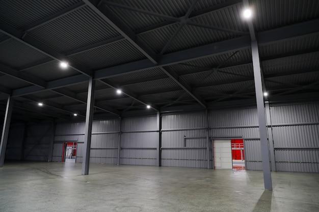 企業で製品を保管するための巨大な格納庫