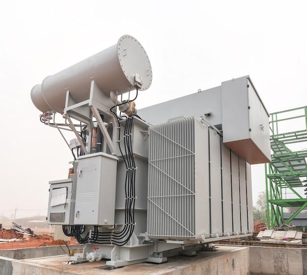 Огромный высоковольтный электрический преобразователь на электростанции