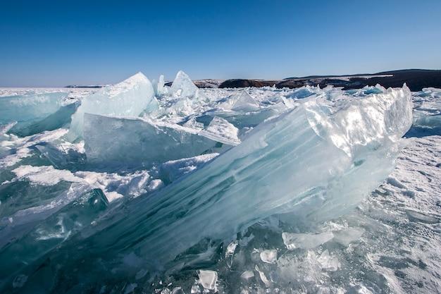 Огромные ледяные кочки на озере