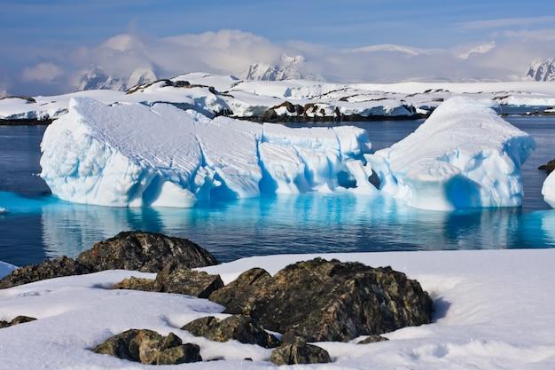 南極の巨大な氷山