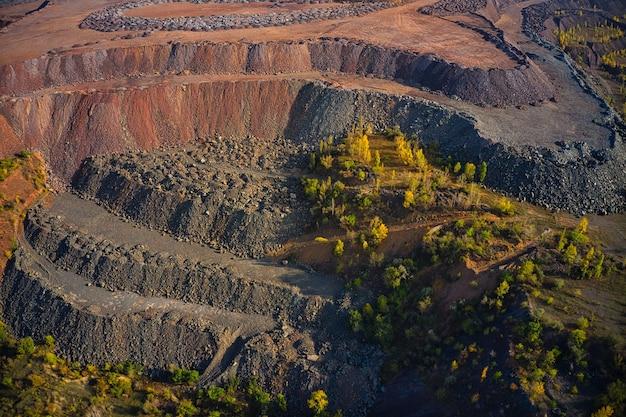 채석장 근처의 거대한 철광석 폐허. 광산 공장, 우크라이나 광산 채석장에서 운전하는 belaz 트럭