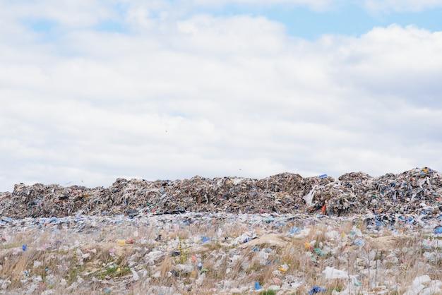 Огромная куча мусора на городской свалке в пасмурный день