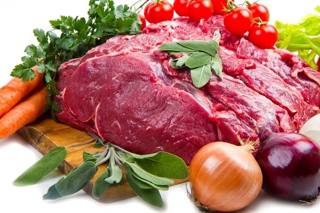 야채와 함께 거대한 붉은 고기 덩어리