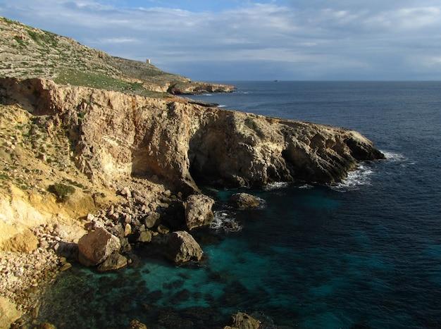 マルタ、マルタ諸島、ラプシ海岸線の巨大な岩の崖