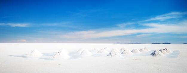 넓은 햇빛 salar de uyuni의 거대한 소금 은행