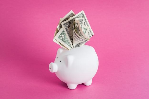 現金であふれている貯金箱の巨大な節約