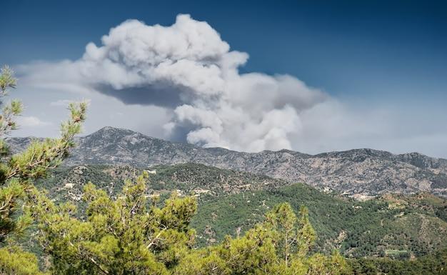 Troodos 산 키프로 산불로 인한 거대한 연기