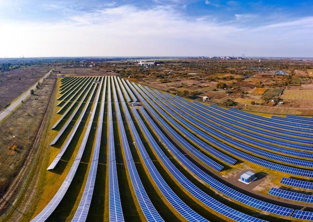Огромная солнечная электростанция для использования солнечной энергии в живописном зеленом поле в украине. панорамный снимок с дронов с воздуха
