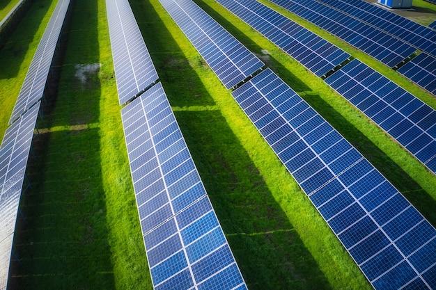 우크라이나의 그림 같은 녹지에서 태양 에너지를 사용하는 거대한 태양 광 발전소. 조감도