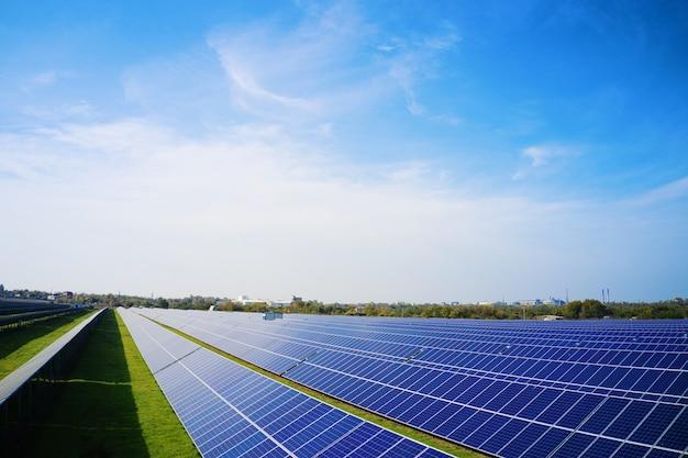 Огромная солнечная электростанция для использования солнечной энергии в живописном зеленом поле в украине
