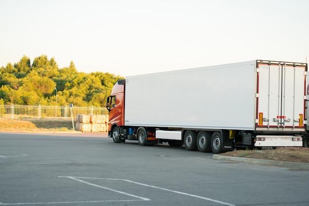 야외에서 일부 패키지를 제공하는 왜건이 달린 거대한 트럭