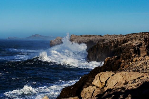 スペイン北部のカンタブリアで崖にぶつかって爆発する巨大な波