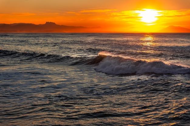 Огромные волны на городе биарриц на побережье страны басков.