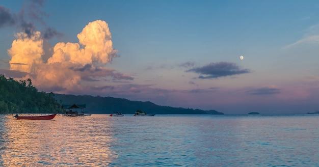 Огромные белые облака над дайвинг-станцией на закате, остров гам с проживанием в семье, западный папуас, раджа ампат, индонезия