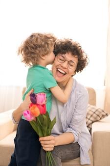 ママを抱き合ったりキスしたり