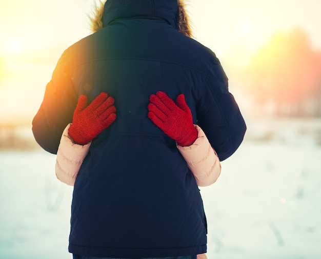 冬の屋外で恋をしているカップルを抱き締める