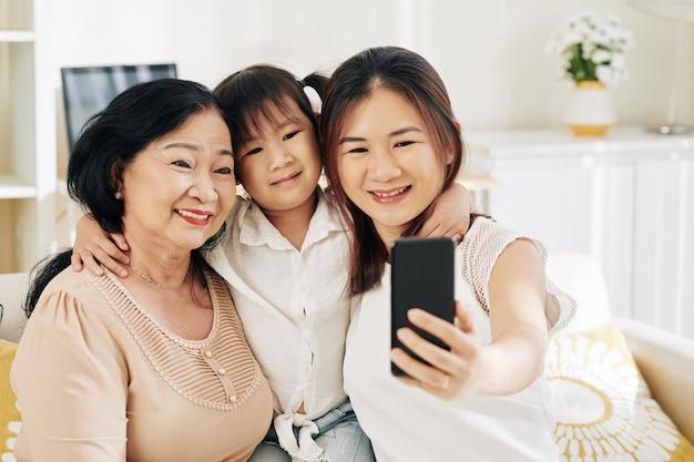 Selfieを取って家族を抱き締める