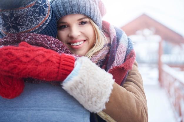 Abbracciare nella giornata invernale