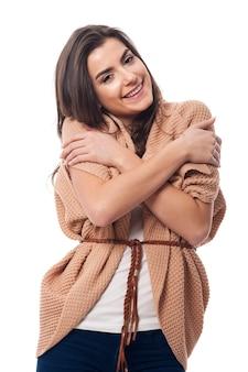 暖かい服を着て抱き締める女性